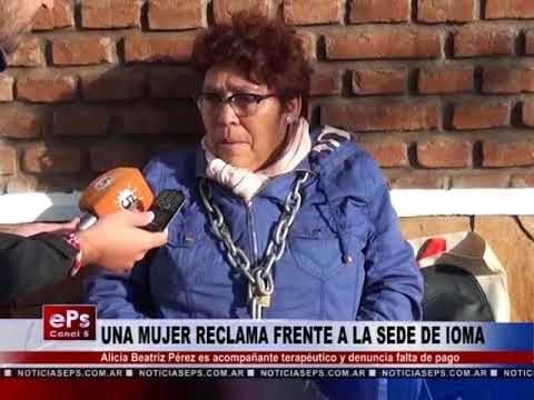 UNA MUJER RECLAMA FRENTE A LA SEDE DE IOMA