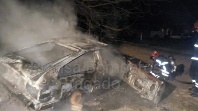 LAS LLAMAS DESTRUYERON UN AUTO DURANTE LA MADRUGADA