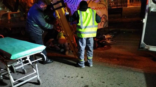 UN MOTOCICLISTA CHOCÓ CONTRA UN CARRO DE VENTA DE PANCHOS Y SE ESTÁ EN GRAVE ESTADO