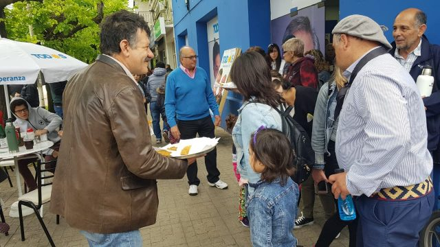 SERGIO BARENGHI REPARTIÓ EMPANADAS DURANTE LA FIESTA DEL CABALLO